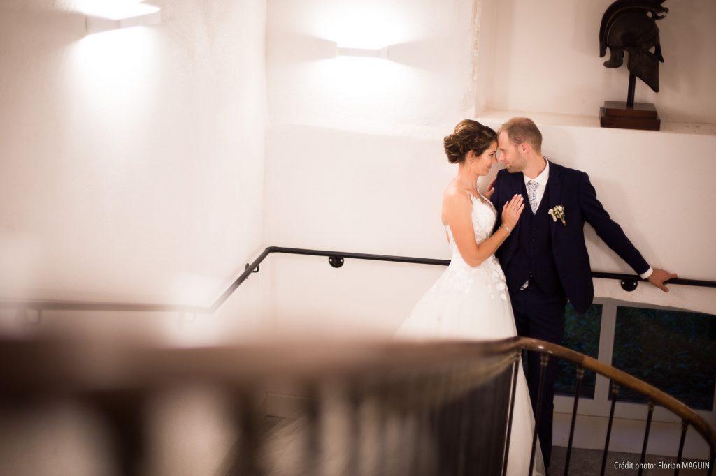 Photo de couple dans les escaliers du château
